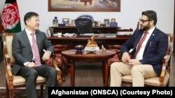 حمدالله محب مشاور امنیت ملی افغانستان حین دیدار با وانگ یو سفیر جدید چین در کابل