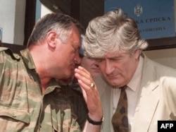 Водачот на босанските Срби, Радован Караџиќ (десно) го слуша командантот на босанските Срби, Ратко Младиќ за време наконференција за печатот во Пале, 05 август 1993 година