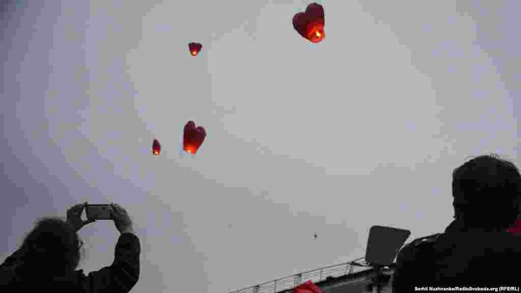 У небо запустили 100 небесних ліхтариків