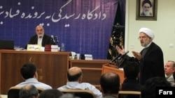 رضا بشردوست، وکیل مدافع متهم ردیف پنجم در حال دفاع از موکل خود- ۲۰ فروردین
