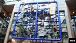 Brüsseldə, AI mənzil qərargahı qarşısındakı Avropanın mozaika-xəritəsi