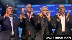 گابی اشکنازی (چپ) در کنار دیگران رهبران حزب آبی-سفید در یک گردهمایی در سپتامبر سال گذشته