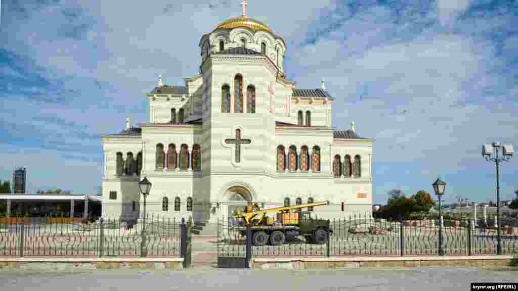 Müzey-qoruğındaki Svâto-Vladimirskiy katedral kilsesi yanında kilse tamiri içün kerek olğan leyha işleri çerçivesinde qazuvlar keçe. TASS Rusiye devlet haber agentliginiñ malümatına köre, anda qadimiy şeerniñ ilk meydan qalımtıları bar. X asırda bu yerde kinaz Vladimir hristianlıqnı qabul etti dep sayıla. XIX asırda tahmin etilgen vaftiz etüv yerinde kilse quruldı