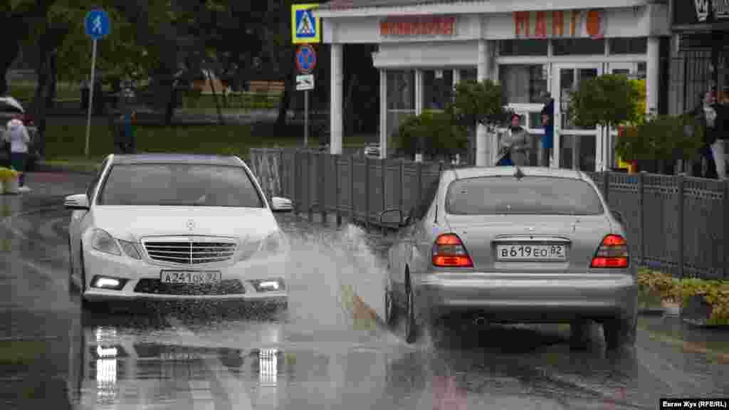 Потоки воды на дороге создают неудобства автомобилистам