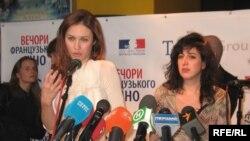 Летісія Ґонзалес (ліворуч), Ольга Куриленко, Міхаль Боґанім (праворуч)