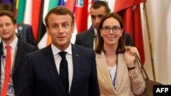 Францускиот претседател Емануел Макрон и државната секретарка за надворешни работи Амели де Моншалин.
