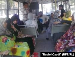 Женщины в хиджабе едут в автобсе. Иллюстративное фото.