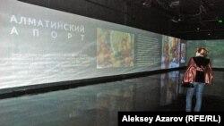 Посетительница выставки «Алматы — это мы», на которой можно узнать информацию и о яблоках алматинский апорт. Алматы, 30 сентября 2015 года.