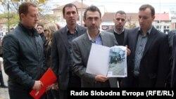 Секретарот на опозицискиот СДСМ Андреј Петров ги достави сите материјали со кои располага партијата за обвинувањата дека во Ресен масовно им се издаваат лични карти на жители од Мала Преспа.