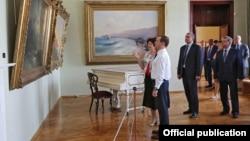 Прем'єр-міністр Росії Дмитро Медведєв у картинній галереї імені Івана Айвазовського. Феодосія, 23 травня 2016 року