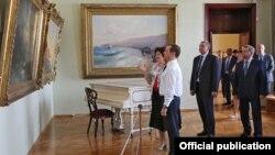 Сергей Аксенов и Дмитрий Медведев в Феодосийской картинной галерее имени Ивана Айвазовского, 23 мая 2016 года