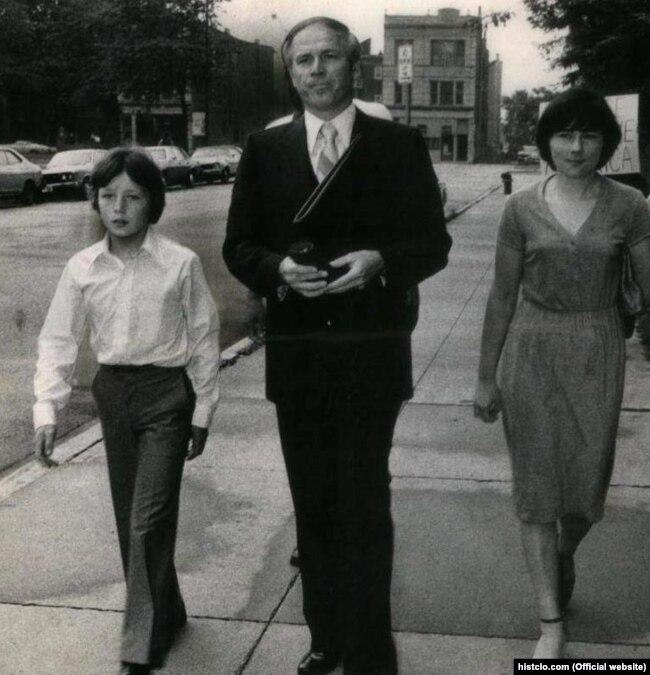 Владимир (сол жақта) және Наталия (оң жақта) Половчактар адвокат Юлиан Куляспен бірге. АҚШ, 1980 жыл.