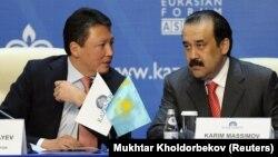 Тимур Құлыбаев (сол жақта) пен Кәрім Мәсімов KazEnergy конференциясында. Астана, 4 қазан 2011 жыл
