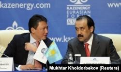 Премьер-министр Казахстана Карим Масимов слушает Тимура Кулибаева (слева), нефтяного топ-менеджера. Астана, 4 октября 2011 года.