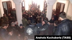 Протестующие в здании администрации президента Абхазии, Сухуми, 9 января 2020 г.