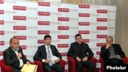 ԿԲ-ի նախկին նախագահ Բագրատ Ասատրյանը (աջից) Սիվիլիթաս հիմնադրամում կազմակերպված քննարկմանը: 17-ը մարտի, 2011թ.