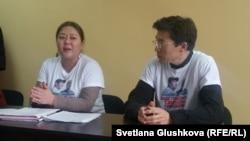 Гражданские активисты Асель Нургазина и Галым Агелеуов на пресс-конференции по делу атырауских активистов Макса Бокаева и Талгата Аяна. Астана, 26 октября 2016 года.