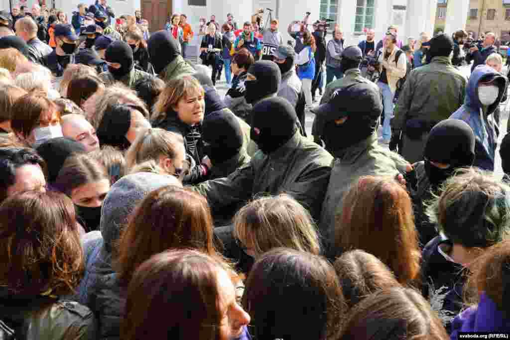 Многие из силовиков были в масках и без знаков отличия