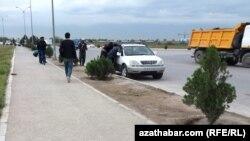 Нелегальный рынок рабочей силы на окраине Ашхабада