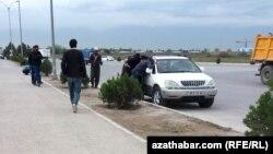 Поденщики на трассе, Ашхабад (архивное фото)