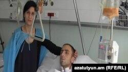 Վիրավոր զինծառայող Ռուբեն Առաքելյանն ու իր մայրը՝ Անահիտ Մկրտչյանը:
