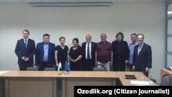 Узбекские активисты с представителями делегации ЕС в Ташкенте, 22 мая 2017 года.