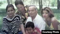 Marhum prezident Karimov va uning oila a'zolari. Xotini Tatyana Karimova, Lola Karimova-Tillyaev, va Gulnora Karimova yosh o'g'li bilan