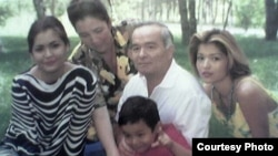Семья первого президента Узбекистана Ислама Каримова (слева направо): младшая дочь Лола, жена Татьяна, сам Ислам Каримов с внуком на руках и старшая дочь Гульнара.