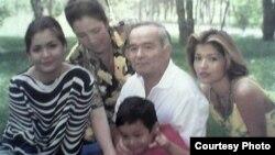 Ислам Каримов (в центре) с дочерьми Гульнарой (справа) и Лолой (слева), супругой Татьяной Каримовой и внуком Исламом.