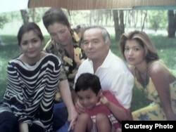 Фото президента Узбекистана Ислама Каримова с женой, дочерьми и внуком.