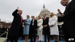 АҚШ президенті Дональд Трамп ант беріп тұр. Вашингтон, 20 қаңтар 2017 жыл