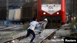 Ребенок-беженец из Сирии на железнодорожных путях греческого вокзала. Иллюстративное фото.