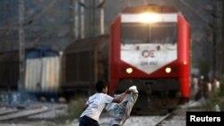Ребенок-беженец из Сирии на железнодорожных путях греческого вокзала. Иллюстративное фото