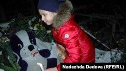 Жители Петропавловска-Камчатского несут игрушки к месту гибели трех школьников