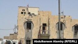آثار تفجير على بناية حكومية