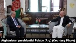 Глава МИД Узбекистана Абдулазиз Камилов (слева) и президент Афганистана Мухаммад Ашраф Гани. Кабул, 28 августа 2018 года.