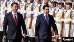 Hytaý Halk Respublikasynyň başlygy Si Szinpin we Türkmenistanyň prezidenti Gurbanguly Berdimuhamedow. Arhiwden alnan surat