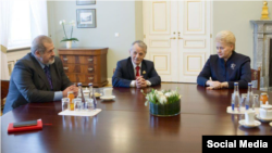 Справа налево: Президент Литвы Даля Грибаускайте, Мустафа Джемилев и Рефат Чубаров.