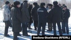 """""""Қарсылық күнінде"""" алаңқайға жиналған адамдар. Астана, 25 ақпан, 2012 жыл."""