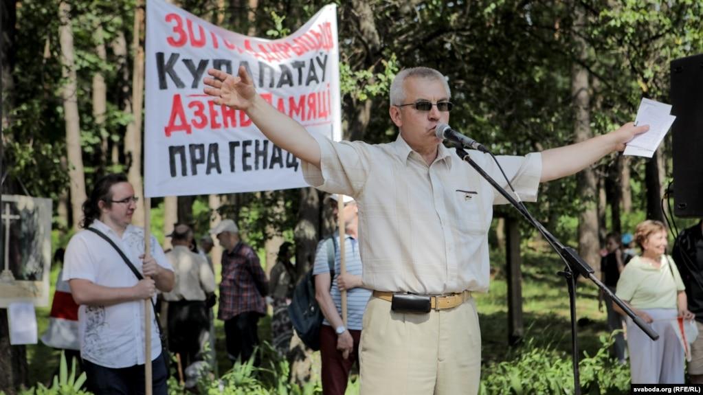 Алесь Чахольскі падчас мітынгу «Дзень памяці пра генацыд» у Курапатах, архіўнае фота 2018 году