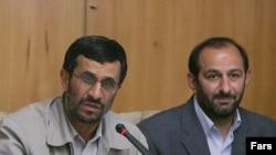 علی سعیدلو (راست) در کنار محمود احمدینژاد