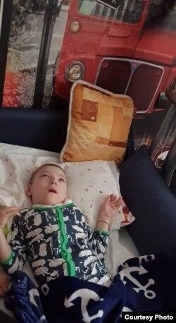Редкий снимок: Арсений дома, а не в больнице