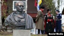 Cazaci într-o suburbie a St. Petersburg-ului fac vernisajul unei statui a lui Putin în postură de împărat roman