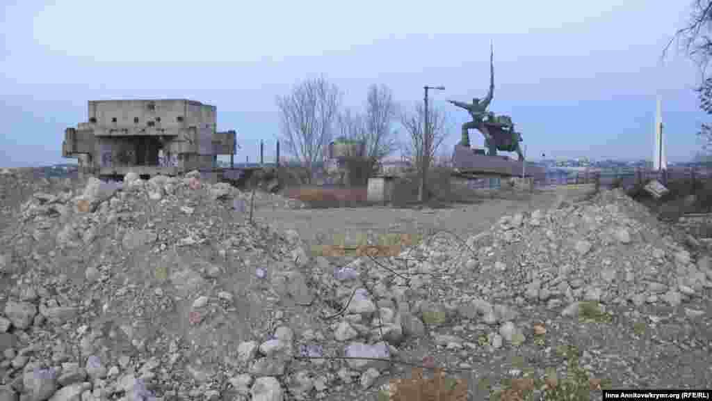 Завали розташовані поруч із історичною пам'яткою Севастополя –пам'ятником «Солдат і Матрос». Тут же недобудований музей Оборони Севастополя (ліворуч) радянського періоду.