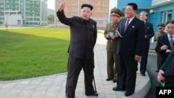 کیم جونگ اوون (نفر چپ) رهبر کره شمالی