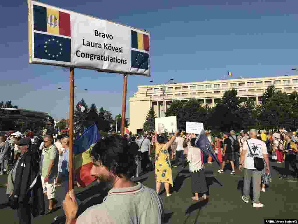 Laura Codruța Kovesi, în Piața Victoriei, cu numele și renumele devenite simbol al aspirațiilor protestatarilor pentru țara în care domnia este a Legii