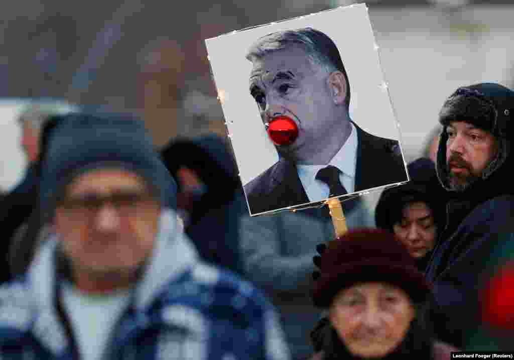 БЕЛГИЈА - Дванаесет партии, членки на Европската народна партија, главната политичка група во Европскиот парламент, официјално побараа исклучување на унгарскиот премиер Виктор Орбан и на неговата партија Фидез. Акција против Орбан најави и Европската комисија откако унгарската влада покренаа антимиграциска кампања чија цел е Брисел.