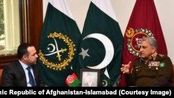 شاکر الله عاطف مشعل سفیر افغانستان در اسلام آباد حین ملاقات با جنرال قمر جاوید باجوه لوی درستیز اردوی پاکستان
