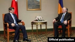 Armenia - Foreign Minister Edward Nalbandian (R) and his Turkish counterpart Ahmet Davutoglu meet in Yerevan, 12Dec2013.