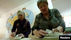 Члены избирательной комиссии на участке в Симферополе.